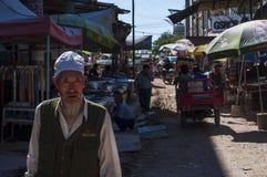 Cena da rua na cidade de Dunhuang, com povos em um mercado de rua Foto de Stock