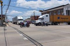 Cena da rua na cidade de Giddings com bicicletas e caminhões ao longo da estrada em Texas fotos de stock