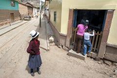 Cena da rua na cidade de Maras no Peru Imagens de Stock