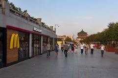 Cena da rua na cidade de Xian, com povos em uma avenida e em um restaurante do fast food, em China Imagens de Stock Royalty Free