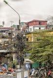 Cena da rua que mostra a fiação elétrica fora aninhada Foto de Stock