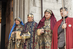 Cena da vida de Jesus Esmagamento, três reis que levam seus presentes foto de stock royalty free