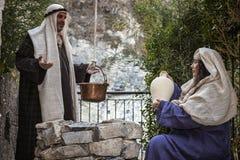Cena da vida de Jesus Jesus encontra o samaritano Foto de Stock Royalty Free