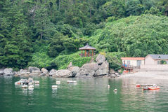 Cena da vila de beira-mar calma perto de Okpo Fotos de Stock Royalty Free