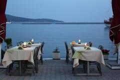 Cena das férias de verão com tabelas do café imagens de stock royalty free