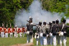 Cena de batalha durante uma guerra do re-enactment 1812 Fotos de Stock
