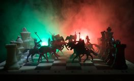 Cena de batalha medieval com cavalaria e infantaria no tabuleiro de xadrez Conceito do jogo de mesa da xadrez de ideias do negóci foto de stock