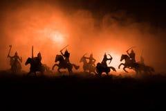 Cena de batalha medieval com cavalaria e infantaria Silhuetas das figuras como os objetos separados, luta entre guerreiros na obs fotos de stock royalty free