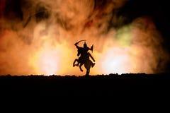 Cena de batalha medieval com cavalaria e infantaria Silhuetas das figuras como os objetos separados, luta entre guerreiros na obs imagem de stock royalty free
