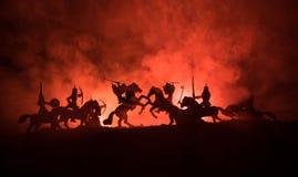 Cena de batalha medieval com cavalaria e infantaria Silhuetas das figuras como os objetos separados, luta entre guerreiros na obs foto de stock royalty free