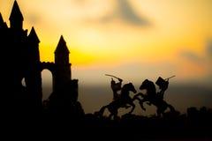 Cena de batalha medieval com cavalaria e infantaria Silhuetas das figuras como os objetos separados, luta entre guerreiros na obs fotos de stock