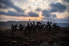 Cena de batalha medieval com cavalaria e infantaria Silhuetas das figuras como os objetos separados, luta entre guerreiros no fog foto de stock royalty free