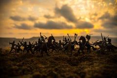 Cena de batalha medieval com cavalaria e infantaria Silhuetas das figuras como os objetos separados, luta entre guerreiros no fog imagem de stock