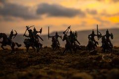 Cena de batalha medieval com cavalaria e infantaria Silhuetas das figuras como os objetos separados, luta entre guerreiros no fog imagens de stock royalty free