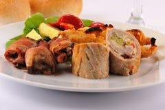 Cena de boda con el rodillo de carne del schnitzel de los pinchos Fotografía de archivo libre de regalías
