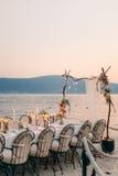 Cena de boda por el mar Casarse banquete en el mar Donja Las foto de archivo libre de regalías