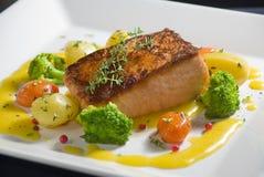 Cena de color salmón asada a la parilla con los vehículos Foto de archivo