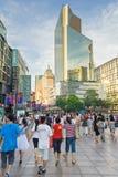 Cena de compra comercial da rua na estrada de Nanjing A estrada de Nanjing é a rua principal da compra em Shanghai imagem de stock