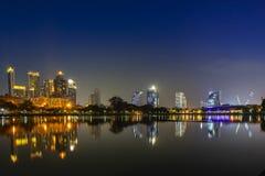 Cena de construção da noite da cidade em Tailândia fotos de stock