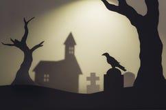 Cena de Dia das Bruxas com as silhuetas do corvo no cemitério da igreja Foto de Stock