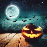 Cena de Dia das Bruxas - Jack Lanterns Glowing At Moonlight na noite assustador imagem de stock royalty free