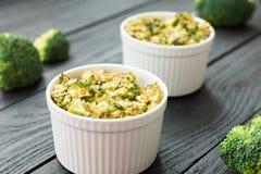 Cena de Dilicious - bróculi y queso cocidos en de cerámica Fotos de archivo libres de regalías