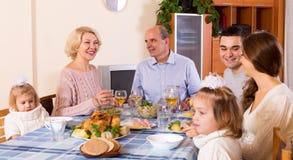 Cena de domingo de la familia Imagen de archivo libre de regalías