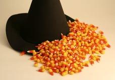 Cena de Halloween com chapéu da bruxa, milho de doces Fotografia de Stock Royalty Free
