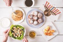 Cena de Jánuca con la opinión superior de los platos tradicionales Foto de archivo