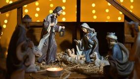 Cena de Jesus Christ Nativity com luzes e velas atmosféricas filme