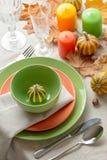 Cena de la acción de gracias Ajuste estacional de la tabla con las hojas de otoño, Imágenes de archivo libres de regalías