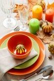Cena de la acción de gracias Ajuste estacional de la tabla con las hojas de otoño, Imagen de archivo