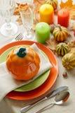 Cena de la acción de gracias Ajuste estacional de la tabla con las hojas de otoño, Fotos de archivo
