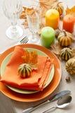 Cena de la acción de gracias Ajuste estacional de la tabla con las hojas de otoño, Fotografía de archivo libre de regalías