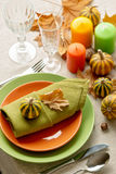 Cena de la acción de gracias Ajuste estacional de la tabla con las hojas de otoño, Imagenes de archivo