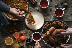Cena de la acción de gracias en la opinión de sobremesa de madera Foto de archivo