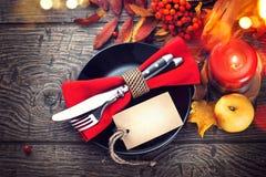 Cena de la acción de gracias Ajuste de la tabla del día de fiesta con la tarjeta en blanco de la invitación Fotografía de archivo