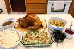 Cena de la acción de gracias en diversos platos de porción Imagen de archivo libre de regalías