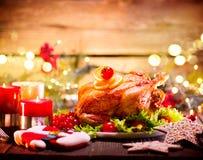 Cena de la familia de la Navidad El día de fiesta adornó la tabla con el pavo Imagen de archivo libre de regalías