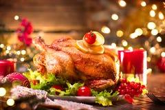 Cena de la familia de la Navidad El día de fiesta adornó la tabla con el pavo Imágenes de archivo libres de regalías