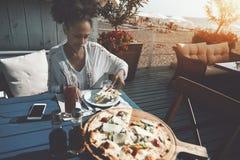 Cena de la muchacha biracial en barra de la calle Imagen de archivo