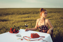 Cena de la mujer romántica sola fotografía de archivo libre de regalías