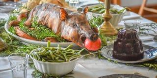 Cena de la Navidad con el cerdo asado fotos de archivo