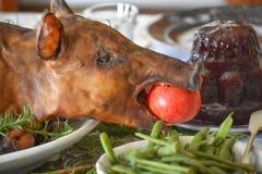 Cena de la Navidad con el cerdo asado imagenes de archivo