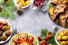 Cena de la Navidad con el filete asado de la carne, ensalada de la guirnalda de la Navidad, patata cocida, verduras asadas a la p imagen de archivo
