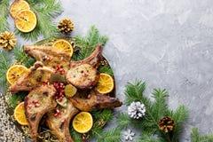 Cena de la Navidad con el filete asado de la carne, ensalada de la guirnalda de la Navidad, patata cocida, verduras asadas a la p fotografía de archivo