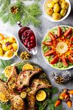Cena de la Navidad con el filete asado de la carne, ensalada de la guirnalda de la Navidad, patata cocida, verduras asadas a la p foto de archivo