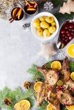 Cena de la Navidad con el filete asado de la carne, ensalada de la guirnalda de la Navidad, patata cocida, verduras asadas a la p foto de archivo libre de regalías