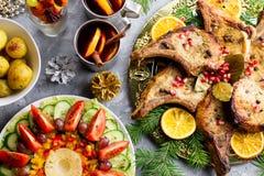 Cena de la Navidad con el filete asado de la carne, ensalada de la guirnalda de la Navidad, patata cocida, verduras asadas a la p imagenes de archivo