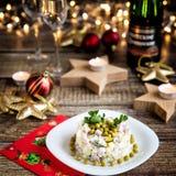 Cena de la Navidad con la ensalada más olivier Foto de archivo